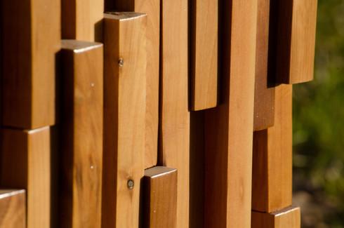 esta pared aprovech los despuntes de la madera para su reciclaje a travs de ella se busca expresar propias del bosque el cual combina